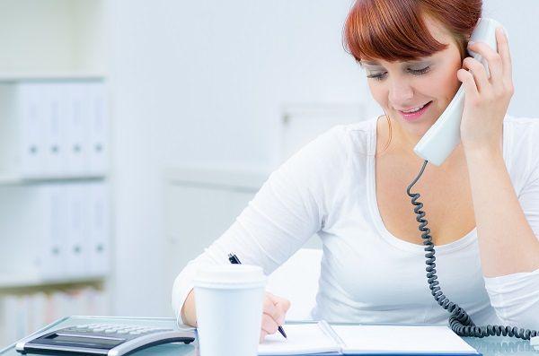 telefonierende Werkstudentin