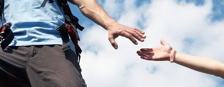Bergwelt Kletterer reicht die Hand