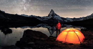 Bergwelt bei Nacht und Sternenhimmel